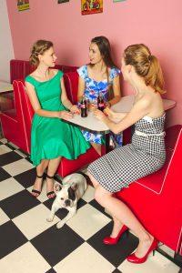 Dziewczyny ze Swing Załogi w strojach z Peggy`s Boutique – sesja w Jerry`s Burger. W obiektywie Wiktora Nowaka i Michała Adamusa.